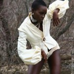 Lupita Nyong'o with short hair wears a nice white jacket and strikes a strange pose. So fashion !