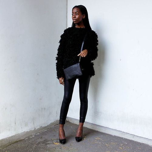 All in black : leggings, pull over, bag, shoes...