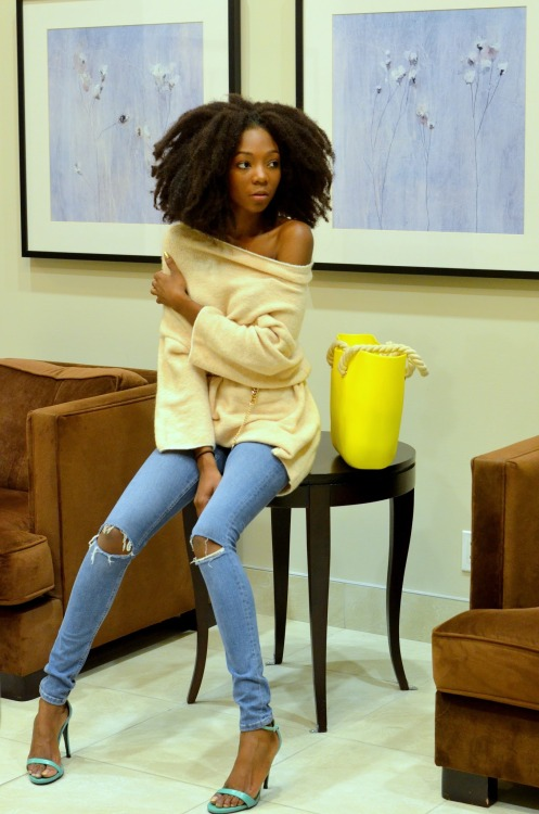 Natural hairstyle, slim ripped jeans and pull over