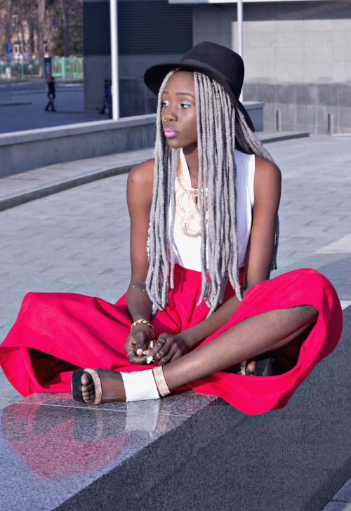 Grey hairstyle with braids, hat and colored skirt