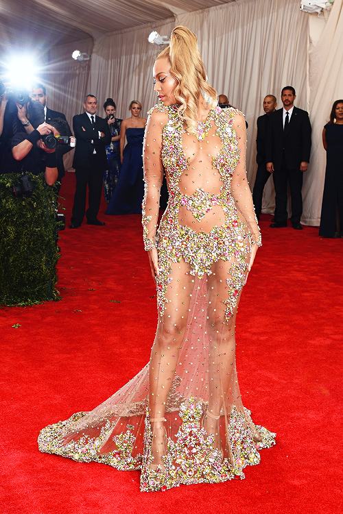 Beyonce wonderful dress and blond hairstyle at Met Gala 2015