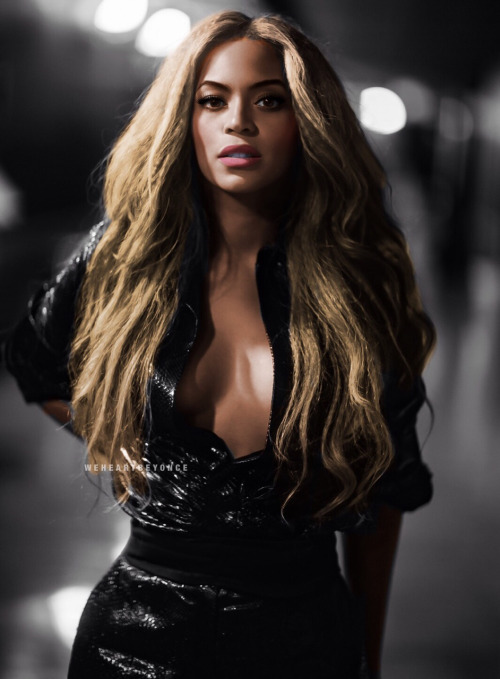 Beyonce long blond wavy hairstyle and black dress