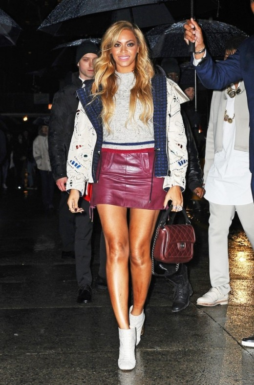 Beyonce short burgundy skirt and blond wavy hairstyle New-York 2015