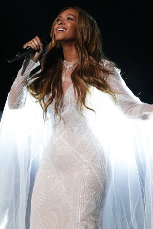 Beyonce nice white dress at Grammy Awards 2015