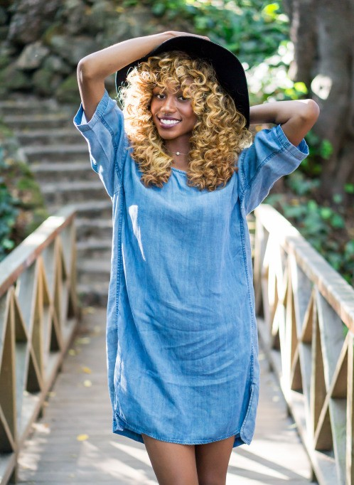 Bolnd curly hairstyle, hat and denim dress